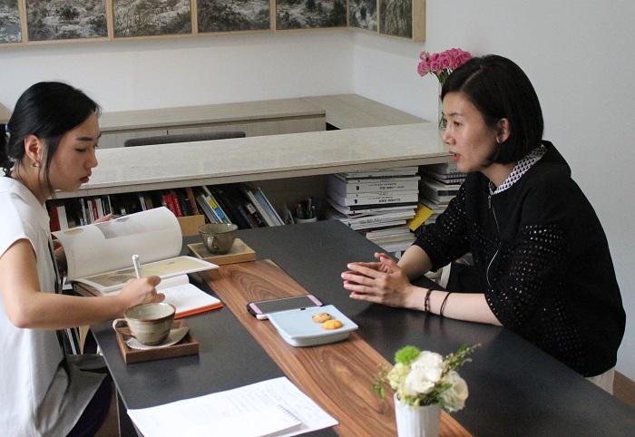 김현정 작가가 자신의 작품 주제인 '내면아이'에 대해 소개하고 있다. (사진: 위택환)