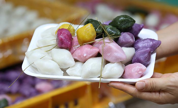 한가위하면 떠오르는 음식은 송편이다. 망원시장에서는 꿀깨, 밤, 팥, 콩 등이 속으로 들어 있는 색색의 송편을 만날 수 있다.