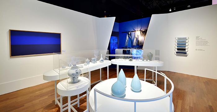 파란색은 하얀색과 더불어 한국인이 선호했던 색이었다. 파란색 전시에는 자연을 이상향으로 삼은 선조들의 세계관과 청춘을 상징하는 청바지, 전통 쪽빛 염색 등이 소개되어 있다.