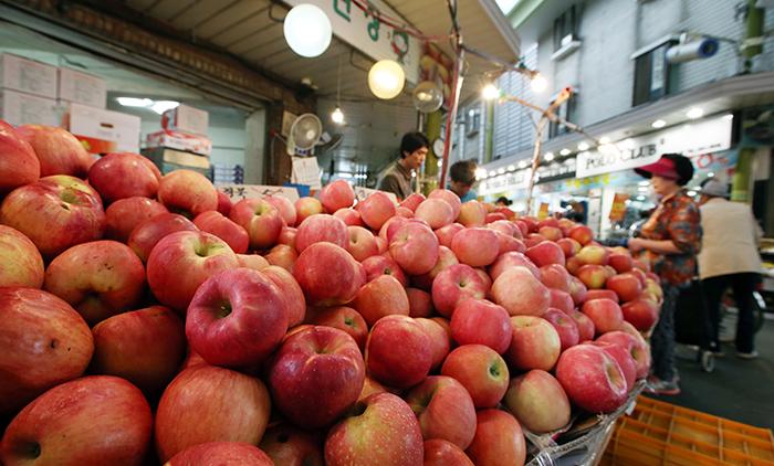 망원시장 내 과일가게를 찾은 손님들이 사과와 감을 고르고 있다. 농촌진흥청은 평년보다 20% 이상 많은 일조량을 기록했던 올해는 그 어느 해보다 맛있는 과일을 맛 볼 수 있다고 밝혔다.2
