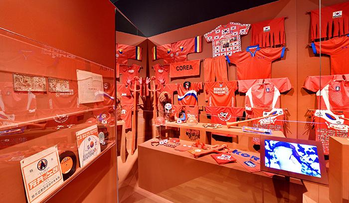 빨간색은 한국전쟁 이후 공산주의를 상징하는 색으로 인식되었으나 2002년 한일 월드컵을 계기로 한국인들을 결속시킨 색으로 인식이 바뀌었다. 빨간색에 대한 시대적 인식이 바뀐 것을 단적으로 보여주는 붉은 악마 응원 도구.
