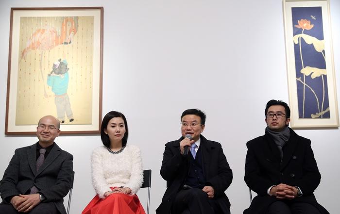 (오른쪽으로부터) '한국예술가 3인전'을 기획한 가오펑 진르미술관 관장, 펑펑 베이징대학 예술학과 주임교수, 김현정 작가, 이동천 전명지대 교수.