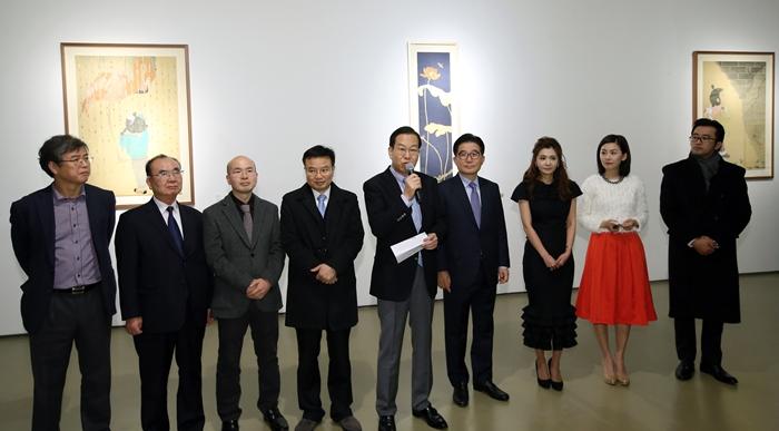 '한국예술가 3인전'에서 권영세 주중 한국대사(위 사진 가운데, 아래사진 왼쪽)가 축사를 하고 있다.