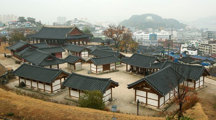 2013년 6월 경상남도 통영에 복원된 조선시대 '12공방'. 삼도수군통제영의 중심 건물인 '세병관' 옆쪽으로 다양한 물품들이 제작되는 12개의 공방들이 세워져 있다.