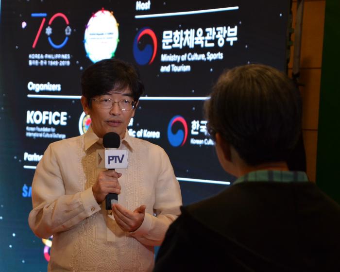 ▲현지 국영방송국 PTV와 인터뷰하는 주필리핀한국문화원의 이진철 원장