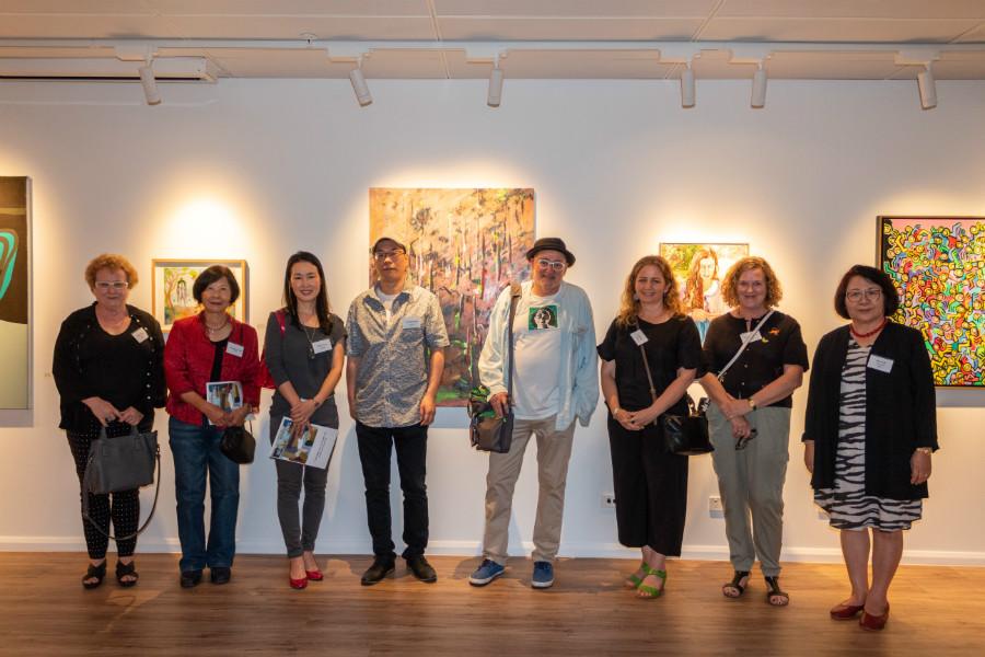▲ 개막식에 참석한 (왼쪽부터) 이본 보그, 수산나 챈 초우, 송미심, 방민우, 가이 모건, 매리언 윅, 앤 아로라 작가 및 이호임 KAAF 회장